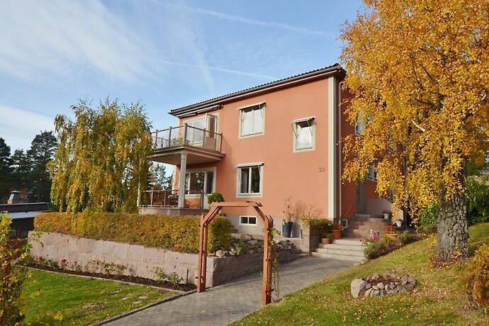 Villan inrymmer också en lägenhet med separat ingång-