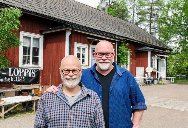 Affe Dahlberg och Thomas Hyckenberg driver café och antikaffär i småländska Berga och älskar kontakten med gästerna.