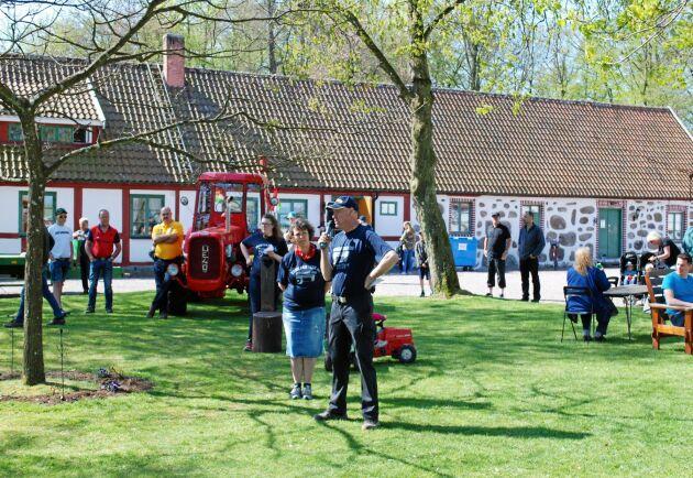 Christer och Helena Esbjörnsson med släkt och vänner hjälps åt för att öppna upp Simmelsberga för Dutra-dagen. 2016 kom det omkring 1 000 besökare.