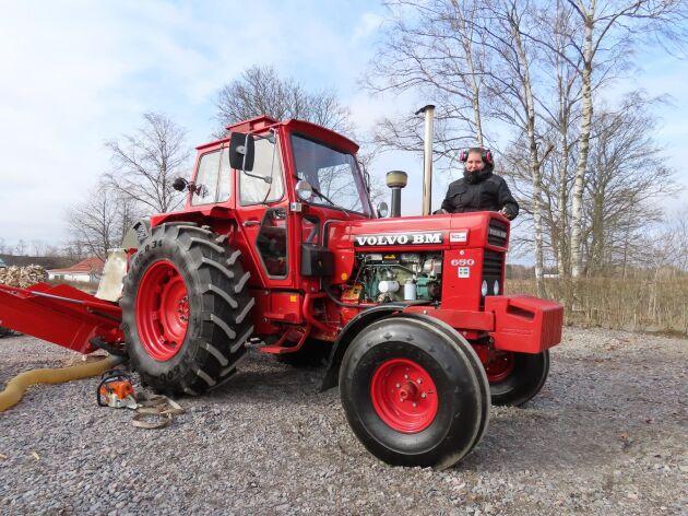 Gårdens trotjänare Volvo BM 650 med turbo från 1977 driver vedmaskinen. Den gamla Eskilstuna-traktorn är Ida Karlssons ögonsten.
