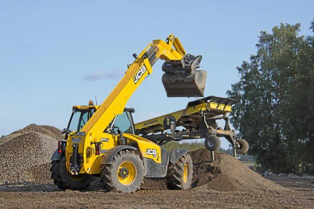 Markarbetet är i full gång. Flera grävmaskiner planerar samtidigt som traktorn fraktar bort massorna. Sprängstenen skiktas ned blir till eget grus och fyll.