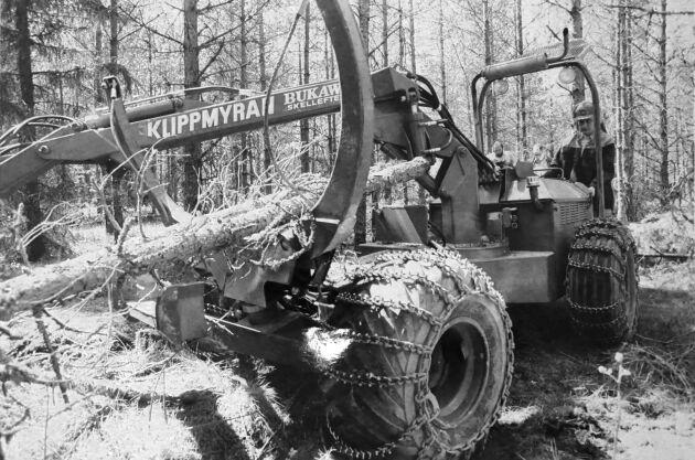 Klippmyran från Bukawi i Skellefteå hade ingen förarplats utan leddes genom skogen av föraren. Maxhastigheten var därmed satt till 4,5 kilometer i timmen. Bilden är från 1983. Ekipaget vägde 2200 kilo. Foto: Lars Davner
