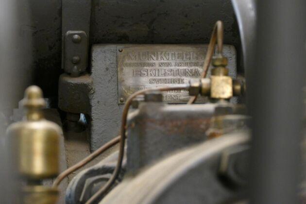 Lars-Åkes fru Gun är lika varmt intresserad av de gamla maskinerna som han. Ett kärt samtalsämne är att det går åt mycket mer bränsle när hon kör.