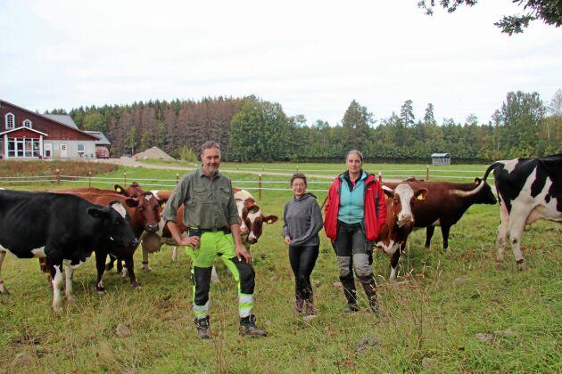 Ulf och Christina Winblad driver Womtorp gård utanför Eskilstuna där Ylva Geivall (i mitten) jobbar. Hon klämdes av två kor i samband med mjölkning och bröt fyra revben.