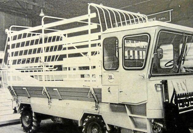 I Paris visades flera maskiner på det självgående temat. Den här vagnen kunde skära, lasta och transportera 4,5 ton. Priset var 22000 kronor i Frankrike.