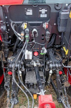 Att placera tryckluftsutrustningen verkar vara varje traktorkonstruktörs mardröm. Placeringen innanför bakhjulet är utsatt.