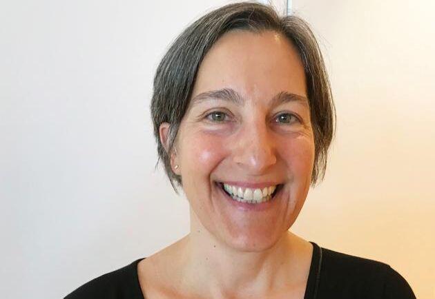 Julie Gold är biträdande professor vid institutionen för fysik på Chalmers. Hon forskar på biomaterial och hur det kan ersätta mänskliga kroppsdelar.