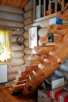 Rejäl trappa eller stege upp till övervåningen där sovrummet och inspelningsstudion finns.