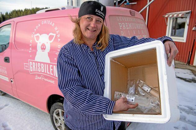 För grisproducenten Anniqa E Nygård i Flarken innebär Postnords nya rutiner att hon eller någon annan i företaget måste resa sammanlagt tolv mil för att hämta lådorna med semindoser på flygplatsen i Skellefteå.