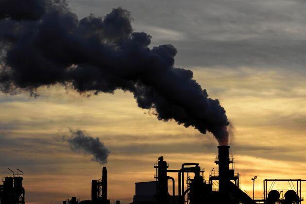 """""""I dagsläget finns ingen annan förklaringsmodell än att det är människan som genom sina utsläpp av koldioxid är den enskilt viktigaste faktorn"""", säger Erik Kjellström."""
