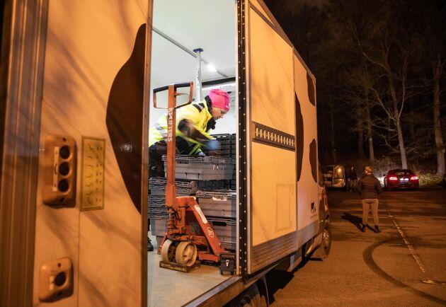 Utlämning. På pendlarparkeringen i Höör förbereder Ida Baaring innan kunderna kommer.