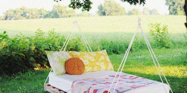 Mys i trädgården med en hängsäng av lastpallar