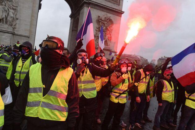 Gula västarna demonstrerade vid Triumfbågen i Paris på lördagen. faaabe87e66c6