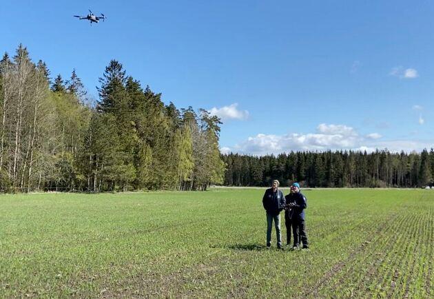 Mycket av utvecklingen sker i Sverige, och under vintern, för att sedan verifieras i fält under sommaren. Under vintern använder sig utvecklarna det bildmaterial som de har samlat in från olika platser i landet under sommarmånaderna.