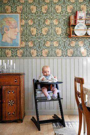 Sixten i den fint renoverade matsalen med grå pärlspont och nytt trägolv.