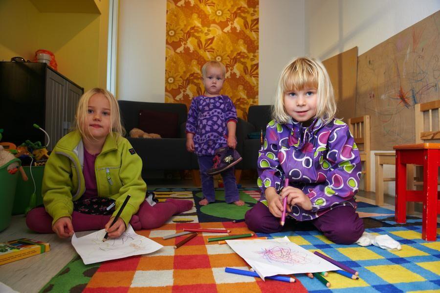 Från vänster: Klara Lindkvist, 5,5 år, med lillasyster Linnea, 1,5 år, och kompisen Anna Vandehaegen, 6 år, leker medan de vuxna handlar.