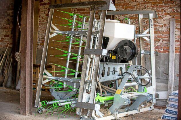 För att kunna preparera marken i lösdrifterna mellan säsongerna har paret Bjerketorp investerat i en smart sexmeters planeringsharv men tryckluftsdriven såmaskin. Den jämnar ut marken med stålbalkar, luckrar den med harvpinnar samtidigt som den sprider ut gräsfrö. Efter det vältar de marken med en tung cambridgevält.