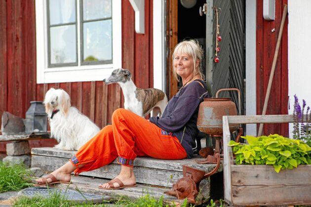 Njuter av livet på gården. Susanne med sina två hundar, Bacill och Cookie.
