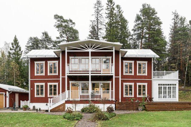 Familjen Scharfes hus från 1994 är inspirerat av Hälsingegårdarnas stil. Det byggdes i lösvirke av en lokal snickare.