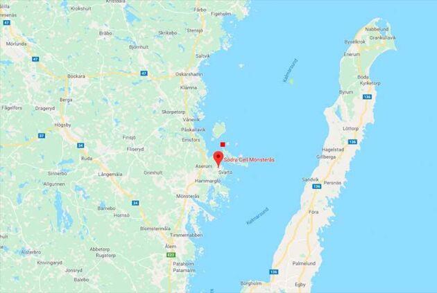Den röda pricken visar den ungefärliga platsen där fartyget gått på grund och nu ligger kvar.