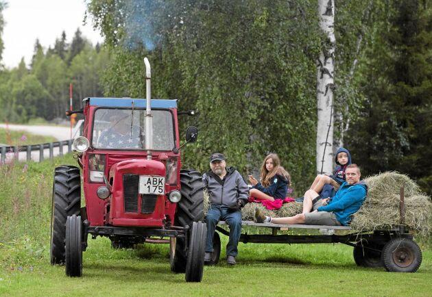 Arnold Andersson kom till fredagsträffen vid Storabro i Vitå med sin David Brown -63. På flaket åkte hans pappa Gustav Andersson, hans bror Fredrik Valgren och barnen Felicia Valgren och Vilmer Valgren.