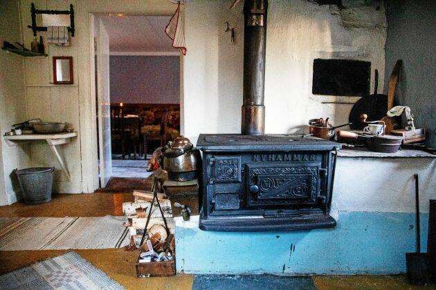 Köket ser likadant ut som 1920, med vedspis, tvättho och ett lappat linoleumgolv.