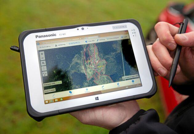 Digitalt. Till sin hjälp har Kristofer Andersson en handdator där hela stödansökan finns med kartor och utritade områden.