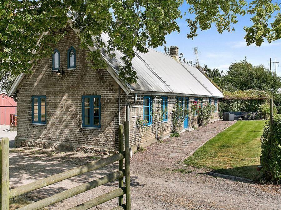 En pittoresk skånelänga från 1860 med sex sovrum kostar tre miljoner i Helsingborg.