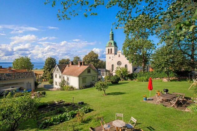 Bakom villan finns en stor trädgård. Gränna kyrka ligger precis intill.