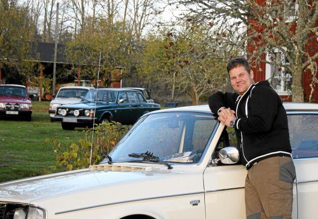 Henrik Malmlöv älskar kultbilen Volvo 240 och har flera pärlor i sin lada, som han vårdar ömt.