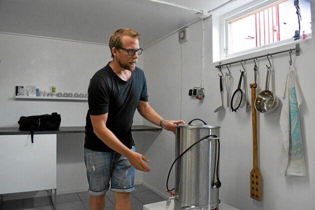 Ölbryggning är ett intresse som nu också blivit ett jobb för Erik Åberg.