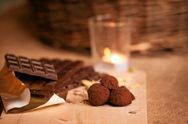 Juliga chokladtryfflar med smak och pepparmynta och pepparkaka är lätta att göra själv.
