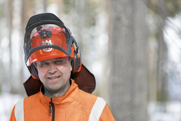 Motorsågsutbildaren Erik Sparrman gillar batteridrivna motorsågar. De passar för många jobb på skogsgården. Framför allt till vedkapning, snickerijobb och jobb från skylift.