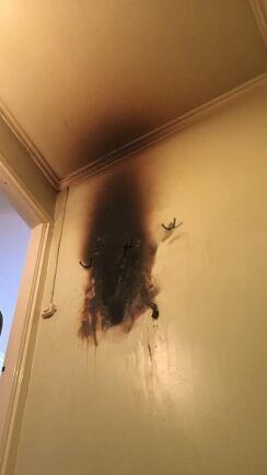 Påsen med batterier började brinna hemma hos Karin Nordvall. Som tur var lyckades hon släcka elden.