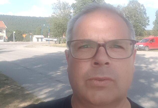 Ulf Mickelsson, som till vardags jobbar som försäkringsman, har tagit ledigt från jobbet för att hjälpa till med släckningsarbetet i Färila.