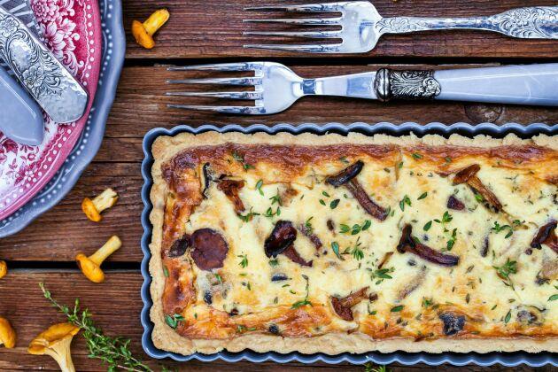 Så gott! Kantarellpaj med riven Västerbottensost och äggstanning. Lägg till bacon om du vill ha extra smak!