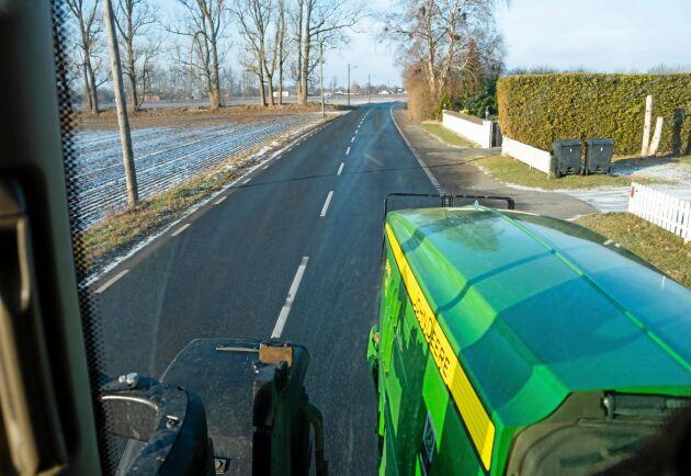 Lugnare. Förarna upplever att medtrafikanterna inte blir lika frustrerade när de hamnar bakom en snabbare traktor.