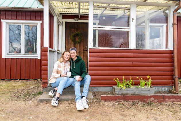 Julia och Tom trivs med sitt nya, mer aktiva liv med natur, vedhuggning och trädgårdsplanering.
