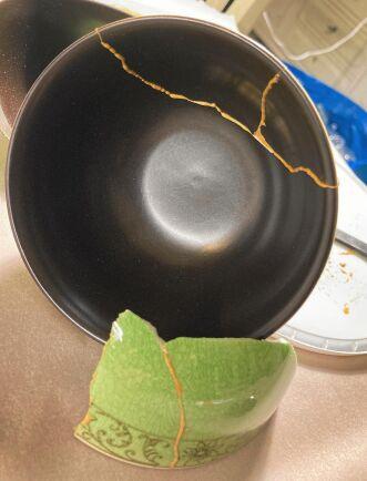 En saknad flisa på insidan av skålen har fyllts igen med lite guld så att det vita porslinet inte syns.