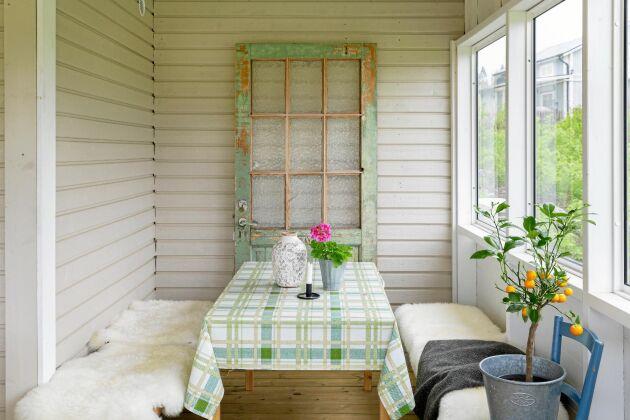 På glasaltanen står en gammal dörr, som en gång var entrédörr till skolan intill. Den fick de av grannen som nu bor i skolan.