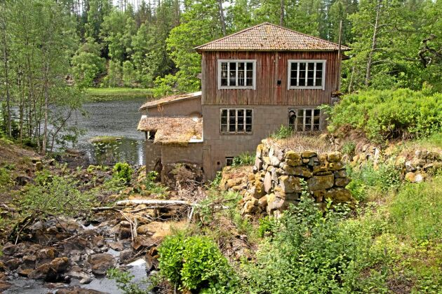 Det har funnits en kvarn i Åboholm sedan åtminstone början av 1800-talet och i 180 år har den varit i samma familjs ägo. Fallhöjden mellan dammen och sjön Bergvattnet är cirka sju meter.