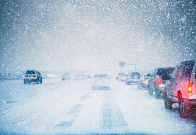 """""""Håll avstånd och håll hastigheterna nere. Det är bra att starta i god tid också så att du kan köra lite långsammare"""", uppmanar polisen när snön nu förväntas ställa till det i trafiken."""