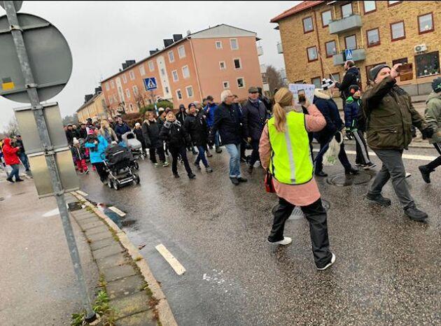 Protestmarsch mot Arlas nedläggning av Boxholms mejeri den 30 oktober.