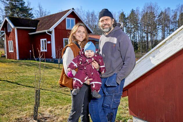 Storstadsborna och tv-paret Brita och Kalle Zackari Wahlström har köpt bondgård och vill bli småbrukare. Här med yngste sonen Björn.