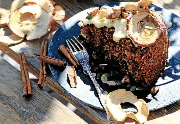 Det är äpplena som gör kakan saftig, smakerna står kryddorna, nötterna och chokladen för.