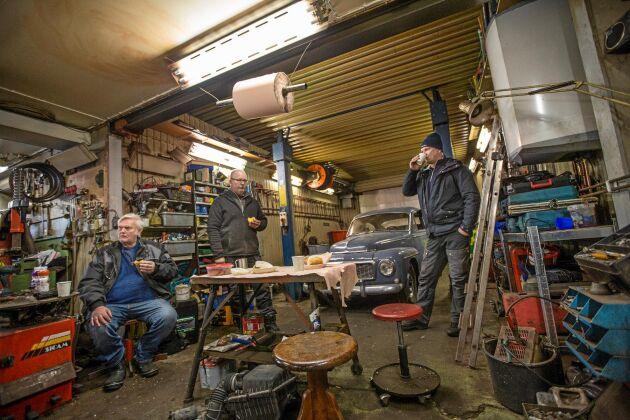 Verkstadsfika, från vänster Canada-Bengt Svensson, Magnus Holmer och Rickard Nilsson.