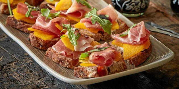 Lufttorkad skinka och saffranskokta päron på frukt- och nötbröd