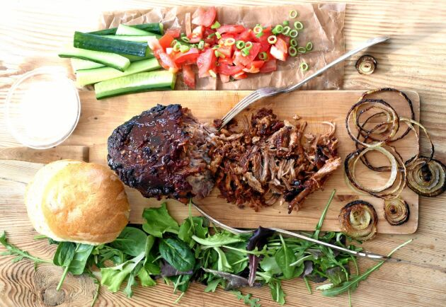 Efter fyra timmar i ugn på låg värme är köttet så mört att det enkelt dras i trådiga bitar för att serveras som burgare.