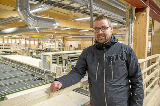 Daniel Wilded, produktchef för Martinsons Byggsystem, visar Limträ-fabrik 5 där KL-trä, korslimmade träskivor, produceras på löpande band.