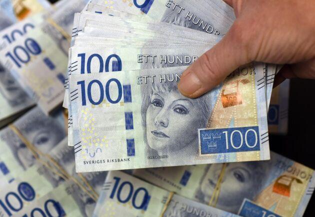 Danske Bank räknar med att kronan kommer att försvagas över 11 mot euron, från 10,76 på tisdag eftermiddag, och även tappa mot dollarn.